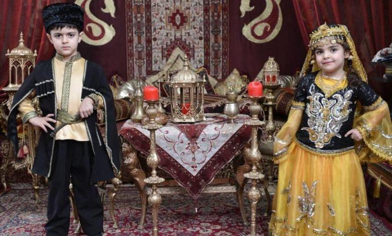 امروزه استفاده از لباس محلی آذربایجان توسط مردم مانند بسیاری از نقاط ایران منسوخ شده و مردم از لباسهای معمول شهرهای بزرگ استفاده میکنند ولی در برخی از مناطق استان چون: میان عشایر کوچ نشین و میان روستاییان استان آذربایجانشرقی استفاده از لباسهای محلی توسط مردان و زنان عمومیت دارد.