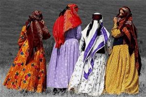 سرپوش های زنان کرمان: چارقد، پیچه، چادر دلاغ، شلیت، پیرن، پیراهن شش ترک، یل، پیراهن چین پیله