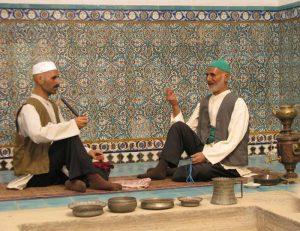 سرپوش ها مردان کرمان: کلاه گرد نمدی، کلاه دوره ای (شاپو، کلاه پهلوی، عمامه، کلاه بافتنی (کاموایی) )