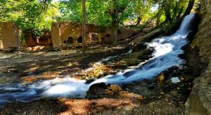 روستای خانک دارای رودها و چشمه ها و قنات های فراوانی است که موجب سرسبزی روستا شده اند. قنات خانک دارای شهرتی خاص در بین گردشگران و مردم منطقه است. آبشار خانک نیز از جاذبه های زیبای این روستاست که یک آسیاب سنتی نیز در کنار آن وجود دارد.